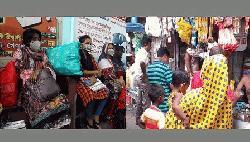 ঢাকা ছাড়ার প্রস্তুতি কর্মজীবীদের, নিত্যপণ্যের দোকানে ভিড়