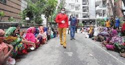 ১৩০০ দরিদ্রকে ঈদের খাবার ও টাকা দিলেন অনন্ত জলিল